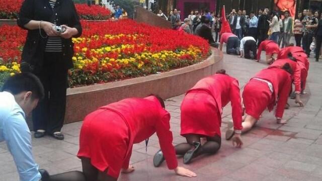 Angajatii unei firme din China, umiliti public in strada pentru a se obisnui cu stresul la munca - Imaginea 2