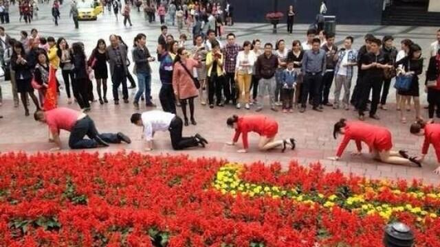 Angajatii unei firme din China, umiliti public in strada pentru a se obisnui cu stresul la munca - Imaginea 3