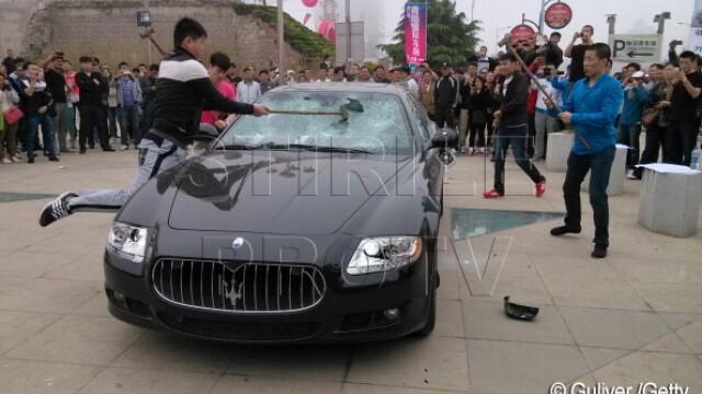 Maserati de jumatate de milion de dolari, distrus de proprietar la un show auto din China. VIDEO - Imaginea 3