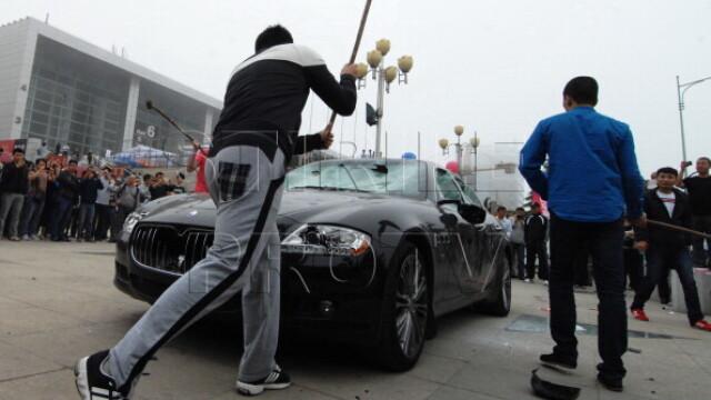 Maserati de jumatate de milion de dolari, distrus de proprietar la un show auto din China. VIDEO - Imaginea 4