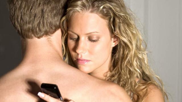 Peste jumatate din femei ar renunta la sex, dar niciodata la smartphone