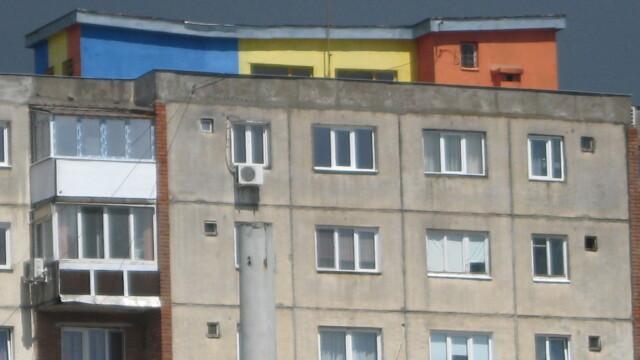 O moda neobisnuita apare in Arad. De ce isi zugravesc oamenii blocurile in culori de steaguri - Imaginea 3