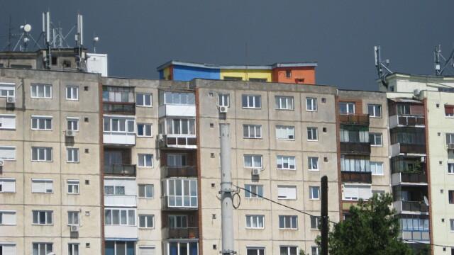 O moda neobisnuita apare in Arad. De ce isi zugravesc oamenii blocurile in culori de steaguri - Imaginea 4