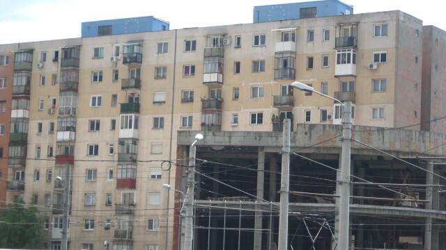 O moda neobisnuita apare in Arad. De ce isi zugravesc oamenii blocurile in culori de steaguri - Imaginea 5
