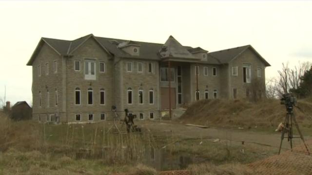 2000 de adolescenti petrecareti au luat cu asalt un conac canadian. Petrecerea s-a lasat cu pagube de 70.000 de dolari