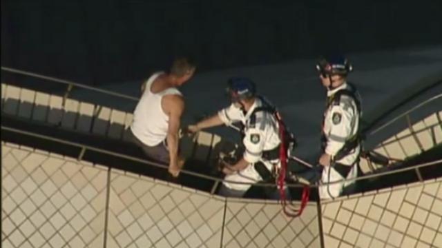 Un barbat beat s-a urcat pe acoperisul Operei din Sidney. \