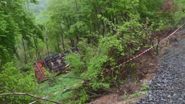 Accident tragic in Maramures. Un sofer a murit dupa ce s-a rasturnat cu un camion intr-o rapa