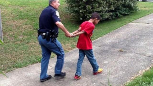 Lectia pe care o mama i-a dat fiului ei cu ajutorul politiei. Baiatul a inceput sa planga cand a fost arestat - Imaginea 1