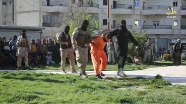 Noua executie in public realizata de Statul Islamic. Doi barbati au fost impuscati in cap pentru spionaj. FOTO