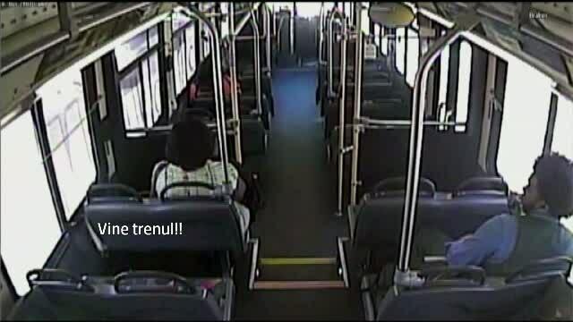 Momentul cumplit in care un tren loveste un autobuz cu pasageri, filmat de camerele de supraveghere
