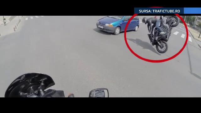 Impactul dintre un autoturism si o motocicleta, surprins cu o camera GOPRO in Arad. In intersectie semafoarele nu functionau