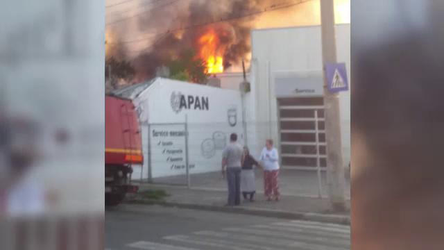 Incendiu in Galati dupa ce un barbat a adormit cu tigara aprinsa. Focul a ajuns pana la sediul unei reprezentante auto