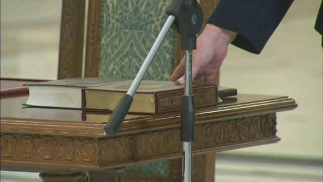 Primul ministru de dupa 1989 care depune juramantul cu mana pe Coran. Premiera a avut loc joi la Cotroceni