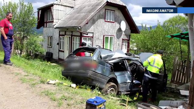 Zdrobiti de zidul unei case. Un cuplu din Suceava a murit pe loc dupa ce soferul a intrat pe contrasens
