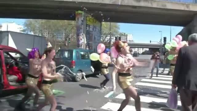Protestul organizat de activistele FEMEN. Aproape complet dezbracate, tinerele au coborat din masina si au facut \