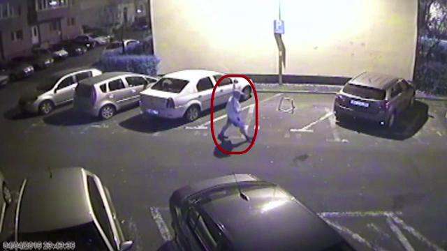 Un brasovean a taiat cu cutitul rotile a 8 masini de pe strada sa. Ce au surprins camerele de supraveghere