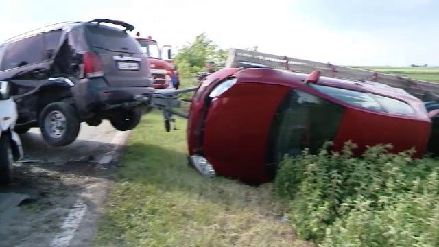 Scene de cosmar in Timis dupa ce o masina de teren s-a ciocnit cu un microbuz cu pasageri. Doua persoane au ajuns la spital