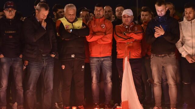 Dinamovistii au stat toata noaptea la stadion unde au aprins lumanari. Rednic, cu lacrimi in ochi, a fost alaturi de ei