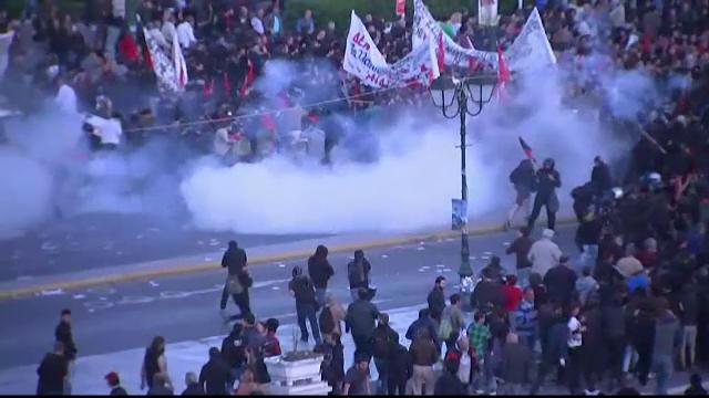 Proteste violente in Grecia dupa adoptarea reformei pensiilor si impozitelor. Expertii vorbesc iar de un faliment al tarii - Imaginea 1