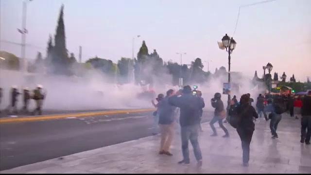 Proteste violente in Grecia dupa adoptarea reformei pensiilor si impozitelor. Expertii vorbesc iar de un faliment al tarii - Imaginea 2
