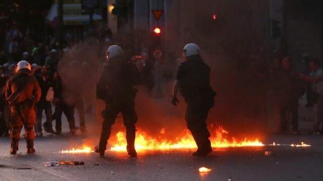 Proteste violente in Grecia dupa adoptarea reformei pensiilor si impozitelor. Expertii vorbesc iar de un faliment al tarii - Imaginea 4