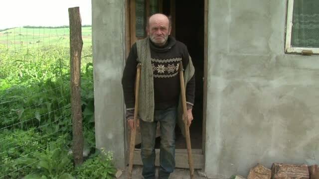 Traieste intr-un grajd si are o pensie de 200 de lei, insa nu are nicio datorie la stat. Nea Vasile are nevoie de ajutor