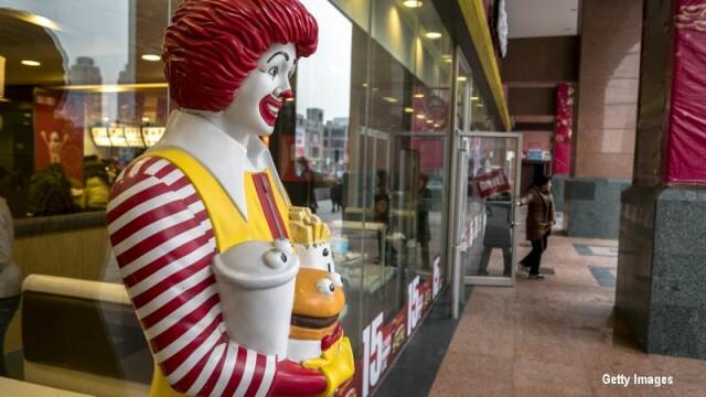 Placinta cu mere le-a facut pe aceste doua angajate de la McDonald's sa se ia serios la harta. A venit Politia. VIDEO