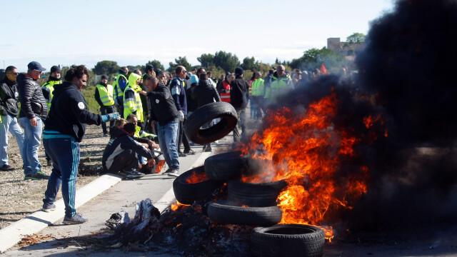 Interventie in forta a politistilor pentru a debloca o rafinarie din Franta. Sindicalistii acuza \