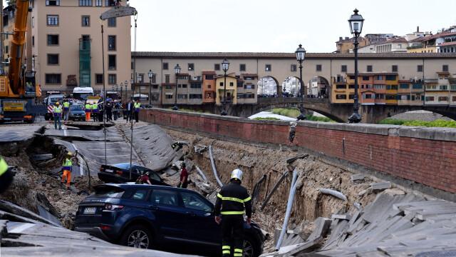 20 de masini au fost inghitite de asfalt in centrul Florentei