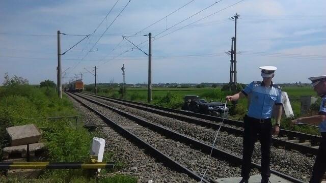 Doua persoane au murit, iar una este in coma, dupa ce un tren a acrosat un autoturism. Greseala facuta de sofer. FOTO