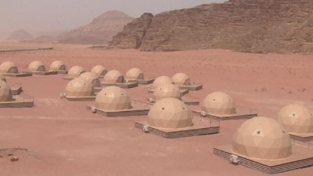 Desertul cu nisip rosiatic unde turistii se pot simti exact ca in \