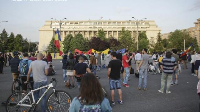 1.000 de persoane au protestat la Guvern, dupa ce senatorii au decis gratierea coruptilor. Circulatia a fost blocata. VIDEO - Imaginea 6
