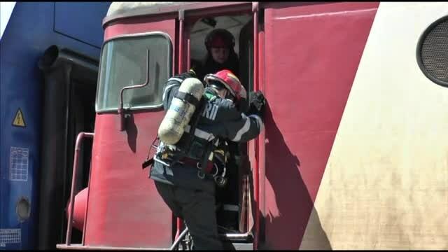 Locomotiva unui tren de pasageri a luat foc in gara Roman. Pompierii au evacuat calatorii si au stins rapid incendiul