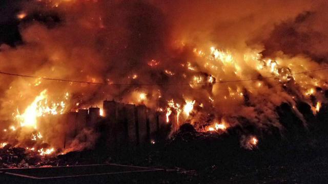 Un nou incendiu devastator la Pata Rât. Rampa ecologică, gata de abia în 2020