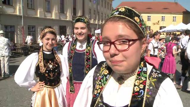 """Petrecere pe străzile din Sibiu, cu ocazia """"Maifest"""". Elevii au defilat în costume populare săsești"""