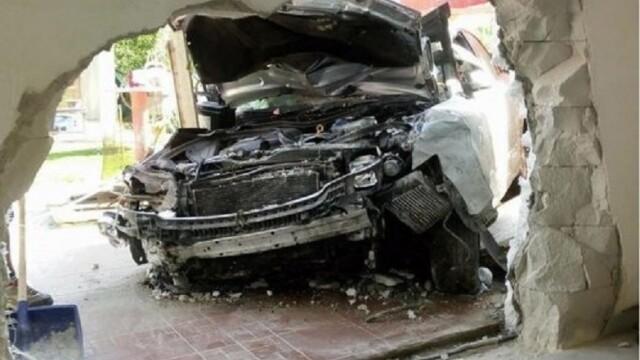Un tânăr băut a intrat cu maşina într-o casă din Iaşi