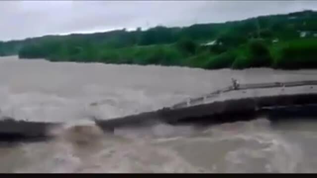 Un pod din Cuba a fost luat de ape în timp ce oamenii treceau pe el. VIDEO