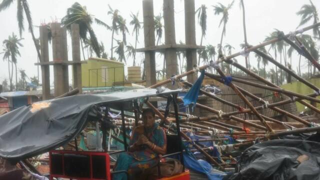 India, lovită de cel mai puternic ciclon din ultimii 20 de ani. Bilanțul e devastator. FOTO - Imaginea 2