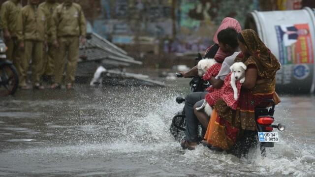 India, lovită de cel mai puternic ciclon din ultimii 20 de ani. Bilanțul e devastator. FOTO - Imaginea 1