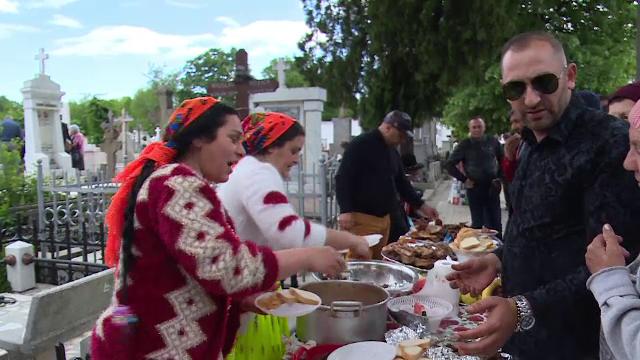 Soluţia găsită de o familie din Galaţi, după ce li s-a interzis să facă grătar în cimitir - Imaginea 2