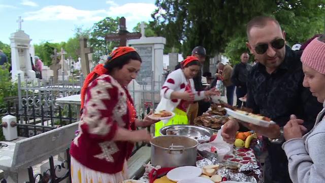 Soluţia găsită de o familie din Galaţi, după ce li s-a interzis să facă grătar în cimitir - Imaginea 3