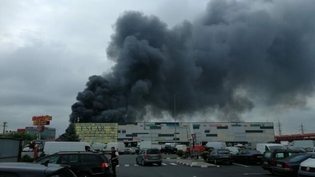 Nor toxic la ieșirea din București. Un centru comercial a luat foc - Imaginea 1