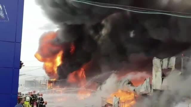 Nor toxic la ieșirea din București. Un centru comercial a luat foc - Imaginea 4