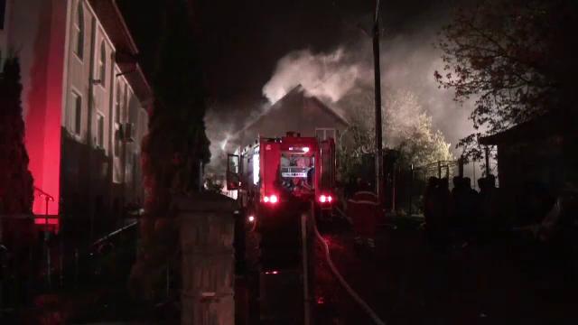 """Flăcări uriașe au amenințat un cartier din Suceava. """"A făcut focul şi-o plecat de acasă"""""""