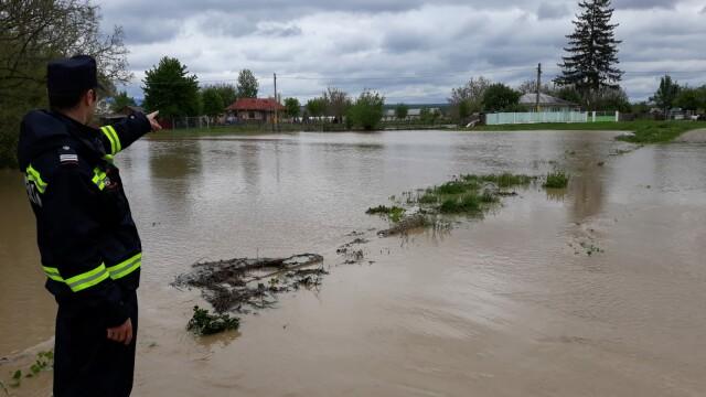 Sate acoperite de ape, în 11 judeţe. Cod Portocaliu de inundaţii pe Prut
