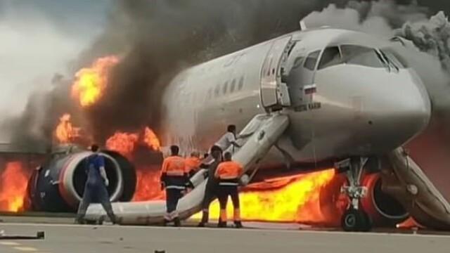 Momentul în care copilotul se întoarce în avionul cuprins de flăcări în Moscova. VIDEO - Imaginea 2