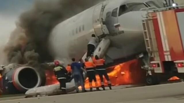 Momentul în care copilotul se întoarce în avionul cuprins de flăcări în Moscova. VIDEO - Imaginea 3