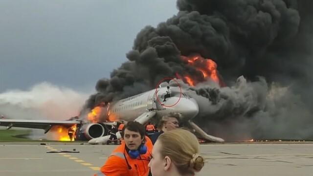 Momentul în care copilotul se întoarce în avionul cuprins de flăcări în Moscova. VIDEO - Imaginea 4
