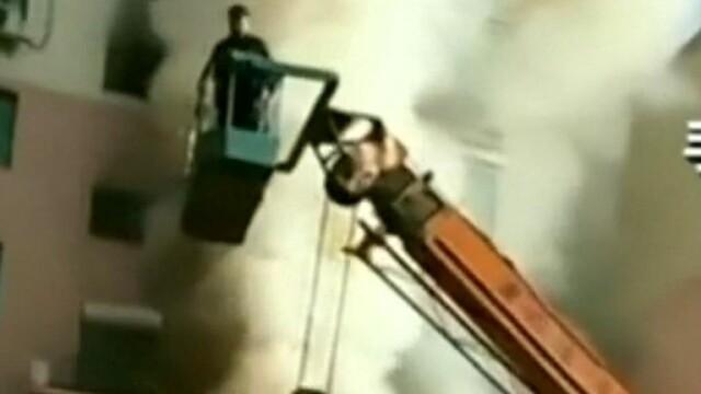 A salvat cu macaraua 14 oameni dintr-un incendiu. Cine este eroul. VIDEO