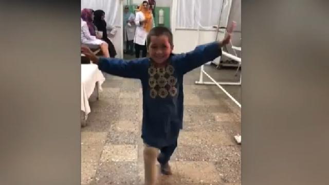Un copil afgan rămas infirm după un atac al talibanilor dansează de bucurie că a primit o proteză